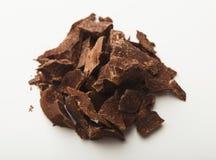 Haufen von den Schokoladenstücken lokalisiert auf Weiß Lizenzfreies Stockfoto
