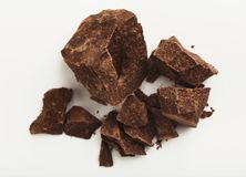 Haufen von den Schokoladenstücken lokalisiert auf Weiß Stockbilder