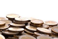 Haufen von einen und zwei Euromünzen getrennt auf Weiß Lizenzfreie Stockfotos