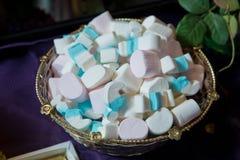Haufen von geschlossen herauf Pastell farbige Eibische Bunte Eibischsüßigkeit in der Schüssel Weiße und blaue Eibische stockbild