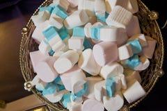Haufen von geschlossen herauf Pastell farbige Eibische Bunte Eibischsüßigkeit in der Schüssel Weiße und blaue Eibische stockfotografie