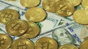 Haufen von Gold-bitcoins auf Rechnungen stock video