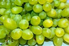 Haufen von gr?nen und gelblichen Trauben lizenzfreie stockfotos