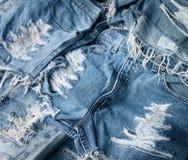 Haufen von heftigen und ausgefransten, abgenutzten Jeans Stockfotografie
