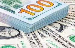 Haufen von hundert amerikanischen Dollarscheinen Lizenzfreie Stockfotografie