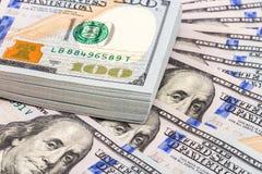 Haufen von hundert Banknoten von amerikanischen Dollar Stockbild