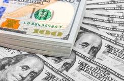 Haufen von hundert Banknoten von amerikanischen Dollar Stockfotografie