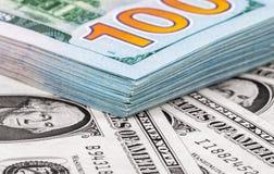 Haufen von hundert Banknoten von amerikanischen Dollar Lizenzfreie Stockfotografie