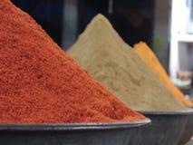 Haufen von indischen Gewürzen und von Kräutern stockbild