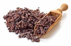 Haufen von Kakaospitzen auf weißem Hintergrund Stockfotos