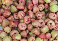 Haufen von Malabaräpfeln, wie auf dem Markt in Phan Thiet, Vietnam gesehen Stockfotos