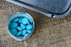 Haufen von Pillen im Medizinkasten Lizenzfreies Stockfoto