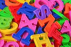 Haufen von Plastik farbigem nahem hohem der Alphabetbuchstaben Lizenzfreies Stockbild