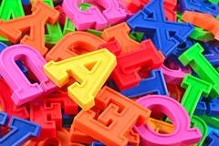 Haufen von Plastik farbigem nahem hohem der Alphabetbuchstaben Lizenzfreies Stockfoto