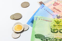 Haufen von Rechnungen und von Münze des thailändischen Baht Stockfotos