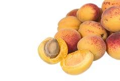 Haufen von reifen Aprikosen auf dem weißen Hintergrund Stockbild