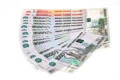 Haufen von russischen Rubeln auf weißem Hintergrund Stockbilder