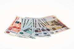 Haufen von russischen Rubeln auf weißem Hintergrund Lizenzfreies Stockfoto