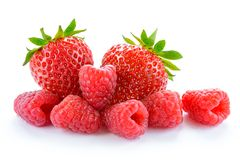Haufen von süßen Erdbeeren und saftigen von Himbeeren lokalisiert auf weißem Hintergrund Sommer-gesundes Lebensmittel-Konzept lizenzfreies stockbild