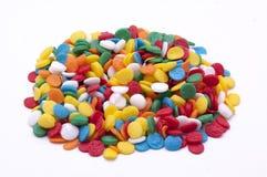 Haufen von Sprinkles auf weißem Hintergrund Lizenzfreie Stockfotografie