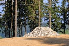 Haufen von Steinen, wartend verwendet zu werden stockfoto