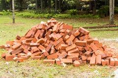 Haufen von Ziegelsteinen des roten Lehms an der Baustelle Lizenzfreies Stockfoto