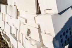 Haufen von Ziegelsteinen vom zellulären Beton, weiße Ziegelsteine, hohle Ziegelsteine mit hohlen Löchern nach innen lizenzfreies stockfoto