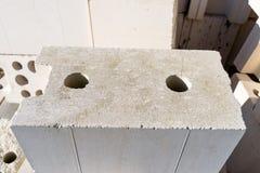 Haufen von Ziegelsteinen vom zellulären Beton, weiße Ziegelsteine, hohle Ziegelsteine mit hohlen Löchern nach innen lizenzfreie stockfotografie