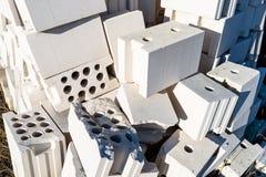 Haufen von Ziegelsteinen vom zellulären Beton, weiße Ziegelsteine, hohle Ziegelsteine mit hohlen Löchern nach innen lizenzfreie stockfotos