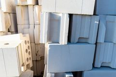 Haufen von Ziegelsteinen vom zellulären Beton, weiße Ziegelsteine, hohle Ziegelsteine mit hohlen Löchern nach innen stockbilder