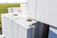 Haufen von Ziegelsteinen vom zellulären Beton, weiße Ziegelsteine, hohle Ziegelsteine mit hohlen Löchern nach innen lizenzfreies stockbild