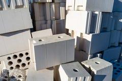 Haufen von Ziegelsteinen vom zellulären Beton, weiße Ziegelsteine, hohle Ziegelsteine mit hohlen Löchern nach innen stockfoto