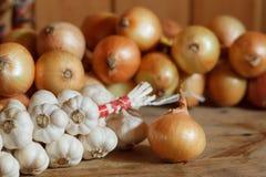 Haufen von Zwiebeln und von Knoblauch Stockfoto