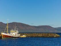 Hauganes Island ägde det august fartyget av det hållande ögonen på företaget för valet fotografering för bildbyråer