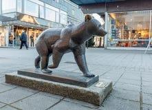 Haugesund, Норвегия - 9-ое января 2018: Скульптура бурого медведя, arctos Ursus, в центре города Haugesund Стоковые Изображения