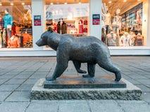 Haugesund, Норвегия - 9-ое января 2018: Скульптура бурого медведя, arctos Ursus, в центре города Haugesund Стоковая Фотография