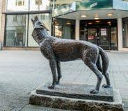 Haugesund, Noruega - 9 de janeiro de 2018: A escultura de um lobo, lúpus de Canis, no centro da cidade de Haugesund fotografia de stock