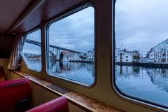 Haugesund, Norvège, vue les fenêtres de l'intérieur du petit ferry Rovaersfjord photos stock