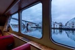 Haugesund, Norvegia, vista attraverso le finestre dall'interno di piccolo traghetto Rovaersfjord fotografie stock