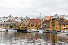 Haugesund Norwegia, Styczeń, - 9, 2018: Starzy drewniani domy na wyspy Risoy, łodzi i połowu przemysłu budynkach, Sild zdjęcia royalty free