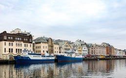 Haugesund Norwegia, Styczeń, - 9, 2018: Widok miasto Haugesund od kanału Dwa statku przy quai zdjęcie royalty free