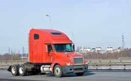 hauler дела моя тележка красного цвета перевозит корабль на грузовиках стоковое фото