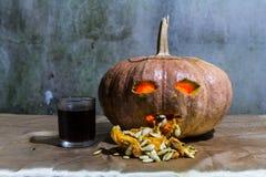 Haunted为万圣夜雕刻了南瓜用利口酒 免版税库存照片