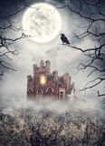 Haunted ha abbandonato la casa sulla roccia contro i blocchi Halloween completo ha frequentato la scena della zucca della luna de fotografie stock
