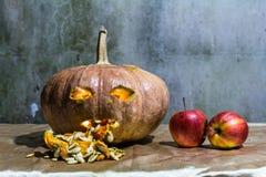 Haunted schnitzte Kürbise für Halloween mit Apfel Lizenzfreies Stockfoto