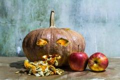 Haunted schnitzte Kürbise für Halloween mit Apfel Stockfotos