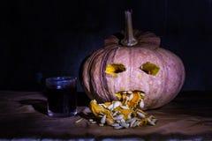 Haunted schnitzte Kürbise für Halloween mit Likör Lizenzfreies Stockbild
