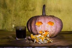 Haunted talló las calabazas para Halloween con el licor Fotos de archivo