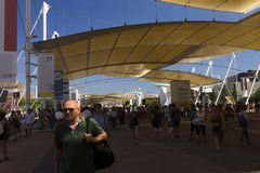 Haupt-AUSSTELLUNGS-Straße mit vielen Besuchern und Pavillons auf den Seiten auf der Mailand-AUSSTELLUNG 2015 Lizenzfreie Stockfotografie