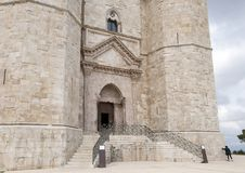 Haupt- Haustür Castel Del Montes in Andria in Südost-Italien lizenzfreies stockbild